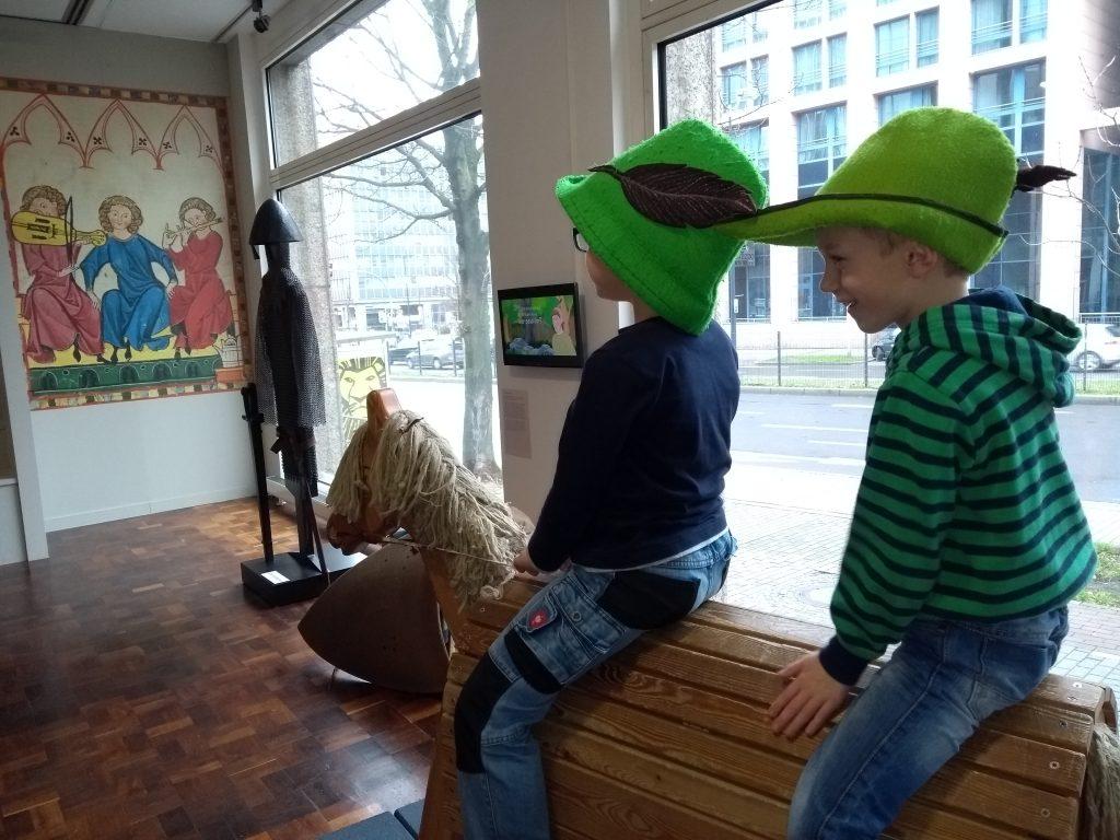 Zwei Jungen auf einem Holzpferd